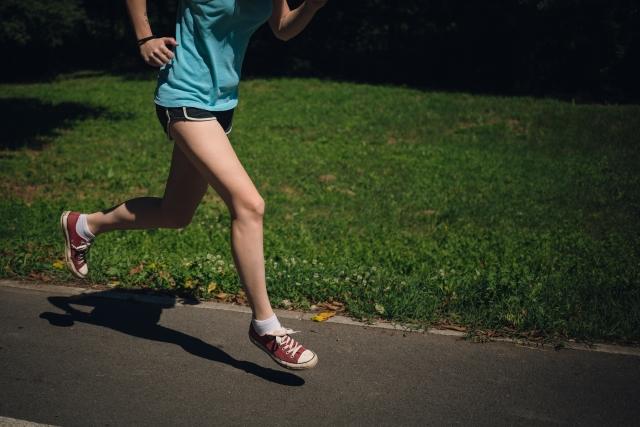 出産後に筋力回復に励む女性