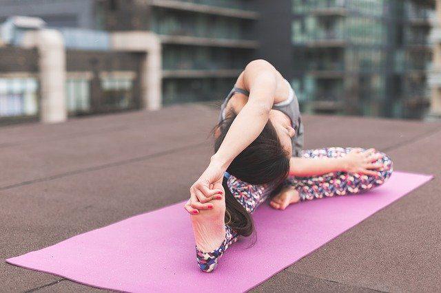 出産後に多くの女性が腰痛と股関節の可動域の低下をセットで抱えてしまう原因とは
